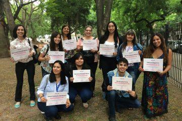 Foto grupal con los certificados del taller en GROW